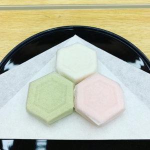 白と緑とピンクの干菓子