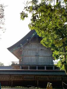 出雲大社の社殿と綺麗な空が広がっている