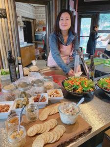 並べられた昼食と川島愛子さんの写真
