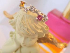 オーラソーマジュエリーのリングが天使に飾られている