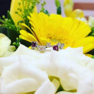 オーラソーマジュエリーのティアラリングがお花の上に飾られている