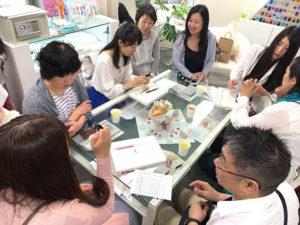 社内見学に参加した人たちが机を取り囲んでいる