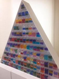 参画の飾り棚にオーラソーマのボトルが並べられている