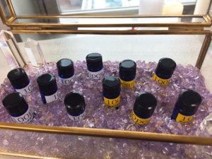 ガラスの入れ物の中にクリスタルやアメジスト一緒に遮光瓶が並べられている